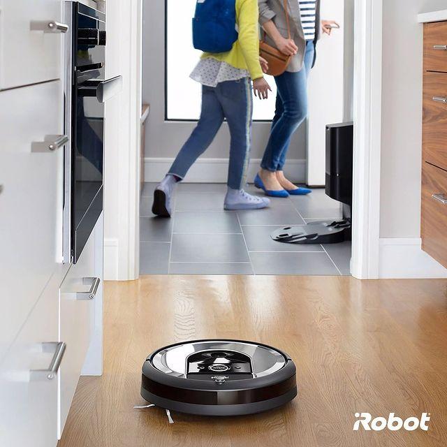 Gözünüz arkada kalmasın, Roomba i7+ akıllı robot süpürge evinizi tertemiz yapsın. Roomba ile vaktiniz size kalsın. 💚  #Roombai7 #Roombai7Plus #iRobot #RobotSüpürge #VaktinizSizeKalsın
